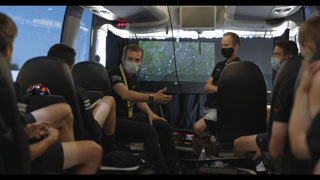 「Cycle*2020 ツール・ド・フランス21日間の裏側」チームバス内 作戦会議の様子