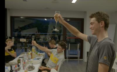 チーム ユンボ・ヴィスマ ステージ優勝後の祝杯の様子