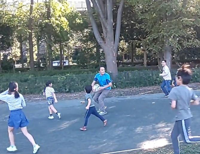 タッチラグビーは子供にとって追いかけっこの延長。走る走る!